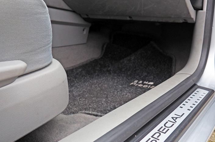 AHD Gebrauchtwagen Fahrzeugaufbereitung Fußraum nachher