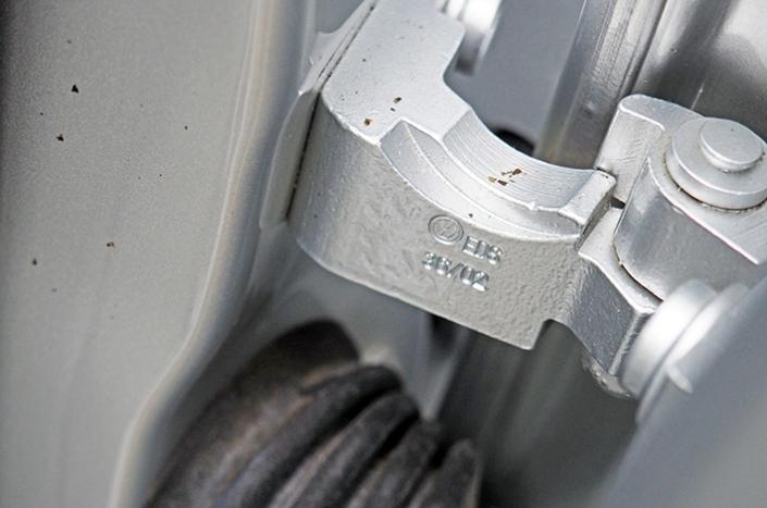AHD Gebrauchtwagen Fahrzeugaufbereitung Scharniere nachher2