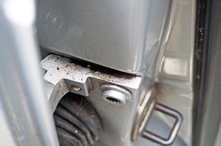 AHD Gebrauchtwagen Fahrzeugaufbereitung Scharniere vorher1