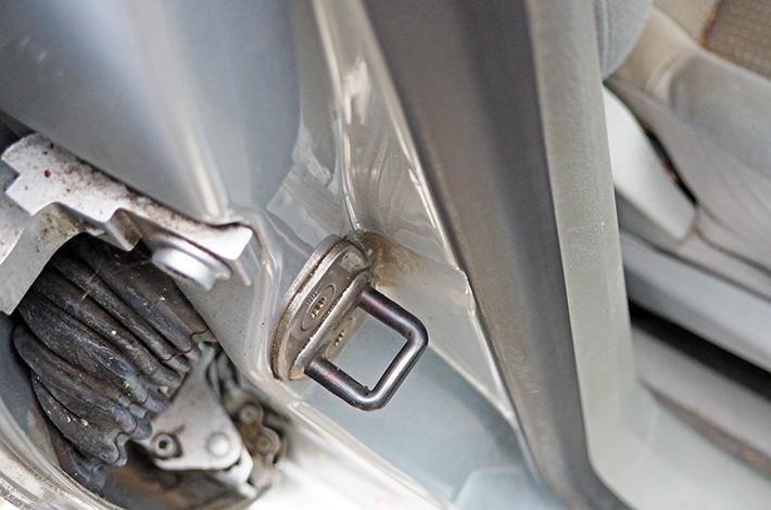 AHD Gebrauchtwagen Fahrzeugaufbereitung Scharniere vorher2